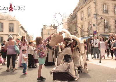Awen déambulation marionnette géante musique